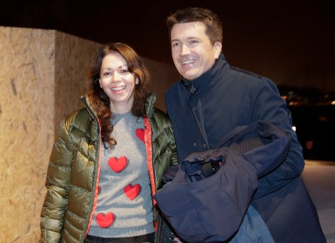 NYE KJÆRESTER: Ole Robert Reitan og Maria Carmona ankommer åpningen av helårsarenaen SNØ.