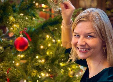 KLOK AV SKADE: Guri Melby forteller at deklok av skade lar barna åpne de fleste gavene før middagen på julaften. Foto: Privat