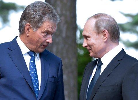 FORTROLIG: Finlands president Sauli Niinisto i fortrolig prat med Russlands president Vladimir Putin i 2016. Nå har Niinisto fått fornyet tillit i de finske presidentvalget.
