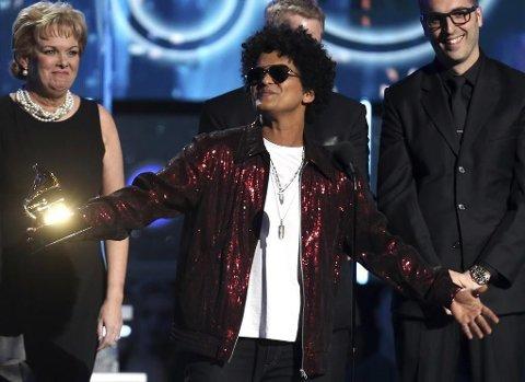 Bruno Mars på scenen for å motta prisen for årets låtinnspilling.