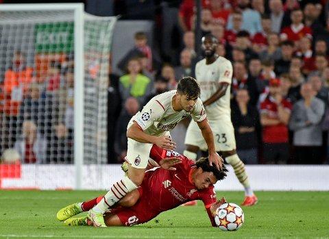 Liverpools Trent Alexander-Arnold, her i duell med Milans Brahim Díaz i mesterligaen, står over ligacupkampen mot Norwich. Foto: Rui Vieira / AP / NTB