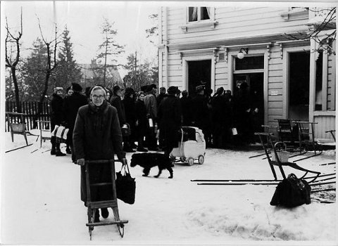 Kø utenfor Siggeruds melkebutikk i Ekebergveien 201 ved Sæter en dag under krigen. Spark var på den tiden et vanlig fremkomstmiddel. Foto er utlånt fra Søndre Aker historielag.