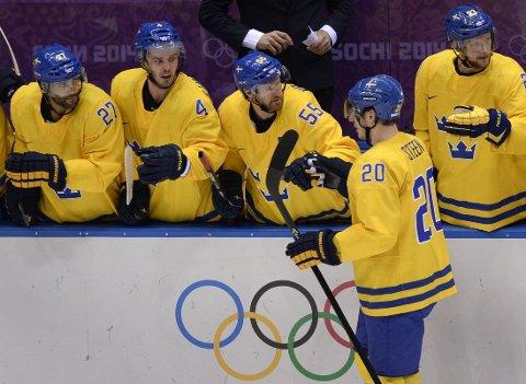 Alexander Steen gratuleres av lagkameratene etter sin scoring for Sverige.