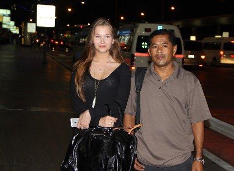 - DET VAR HELT KAOS: Lisa Ringstad (18) fra Drammen var på sin livs første tur til Thailand og hun hadde ikke vært redd for noe - før i dag. Her er hun utenfor avgangshallen på Suvarnabhumi internasjonale flyplass etter at portforbudet trådte i kraft klokken 22.00 thailandsk tid.