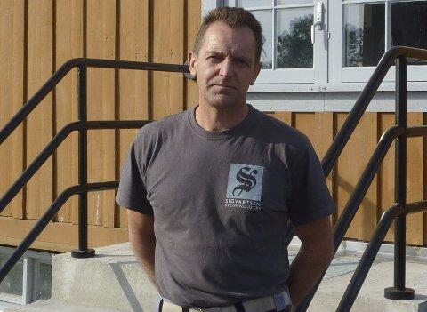 Marek Stefanowski demonstrerer søndag steinhuggerteknikker på museet på Grorud.