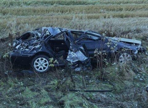 VRAK: Bilen var totalvrak etter ulykken. Til alt hell ble ingen av de sju i bilen alvorlig skadd.