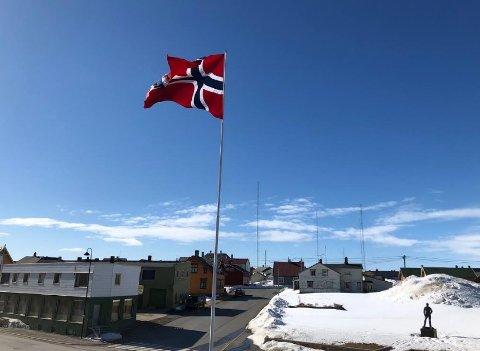 1. mai-flagget vaier i vinden i Vardø på arbeidernes internasjonale kampdag. Eneste tilskuer er Fridtof Nansen og undertegnede.
