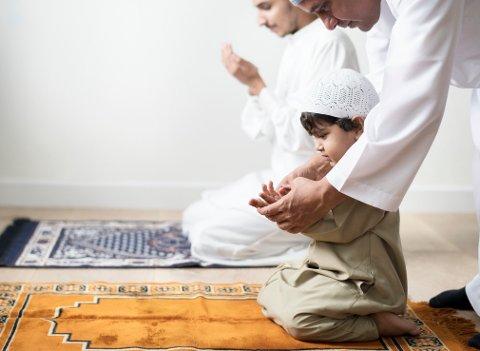 Små muslimske barn presses til å lære å be.