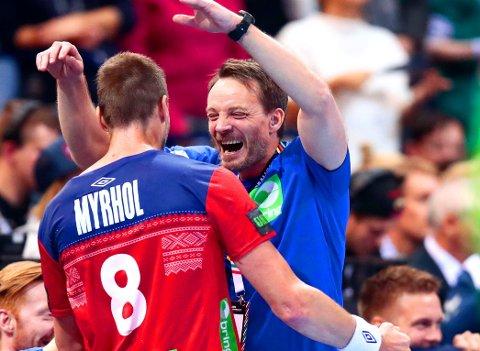 SPILLER OM GULL: Landslagskaptein Bjarte Myrhol og trener Christian Berge kunne juble for avansement til VM-finale etter en råsterk semifinaleseier.