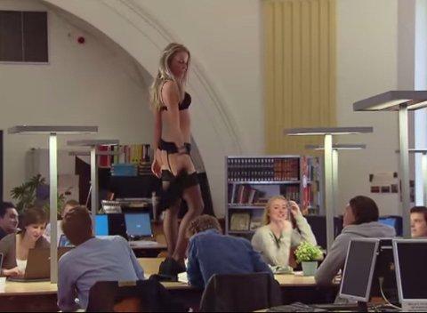 RISTER LØS: Plutselig begynner stripperen å kaste klærne - midt på lesesalen.