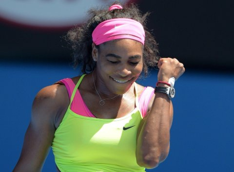 NOK EN SEIER: Serena Williams jubler etter å ha slått ut Dominika Cibulkova i Australian Open.