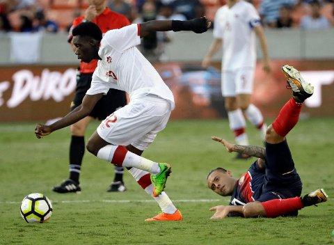 IMPONERER: 16 år gamle Alphonso Davies forserer forbi Costa Ricas David Ramirez under tirsdagens kamp i Gold Cup.