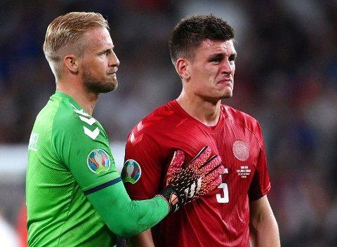 TÅRER: Keeper Kasper Schmeichel trøster Joakim Mæhle etter det bitre EM-semifinaletapet på Wembley.