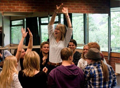 NYTT SKOLEÅR: Guro Sollie Hansebakken (i midten) lager «menneskelig spilledåse» sammen med medelever på Lyd og Bilde.Foto: Sture H. Vareide, Rønningen Folkehøgskole