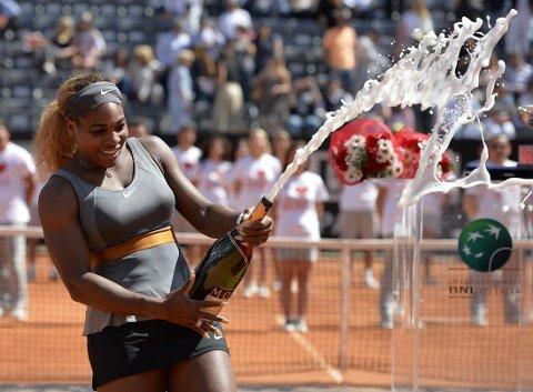 CHAMPAGNEFEIRING: Serena Williams feirer med champagne etter å ha slått Sara Errani og tatt sin 60. WTA-tittel i karrieren.