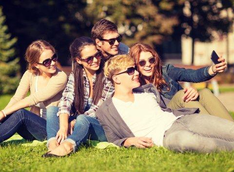 SOSIALT: Mange mener at det å sitte på smarttelefonen er like sosialt som å være med venner. Foto: Colourbox