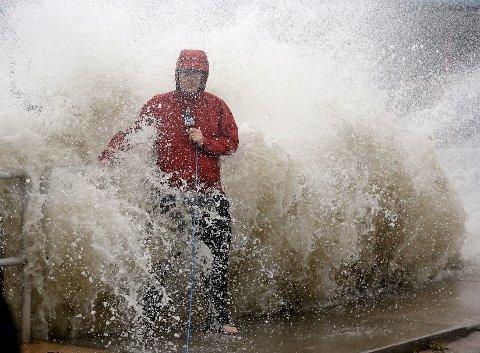 En nyhetsreporter rapporter fra Cedar key i Florida idet den tropiske stormen Hermine var på vei. Stormen gjorde landfall med orkan styrke, men svekket seg senere til tropisk storm.