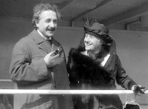 Albert Einstein og hans andre kone Elsa. Hun godtok hans mange affærer, mot at han lovte å respektere henne.