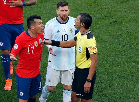 MARSJORDRE: Både Gary Medel (til venstre) og Lionel Messi måtte forlate Copa Americas bronsefinale tidlig med rødt kort. Protestene mot dommer Mario Diaz hjalp ikke.