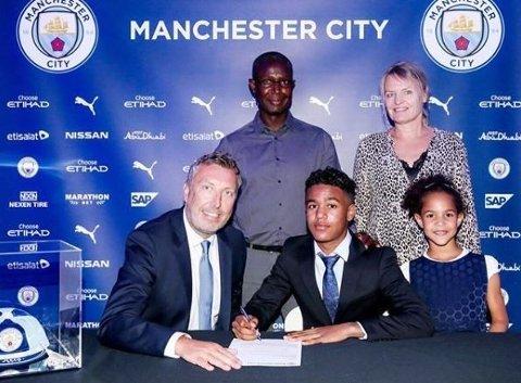 SIGNERTE I SOMMER: Oscar Bobb signerte for Manchester City i sommer. Her er han sammen med akademidirektør Jason Wilcox.