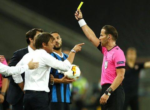 RASENDE: Inter-trener Antonio Conte fikk det guler kortet tidlig i Europa League-finalen eav Danny Makkelie. Foranledningen var en disputt med en tergende motstander.
