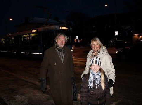 – Risikosport: Ivar Christiansen (Ap) møtte Katrine Bakk og barnebarnet Emilie på Grefsenplatået mandag ettermiddag. – Her bør det i hvert fall bli lysregulert. Foto: Kristin Tufte Haga