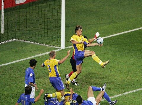 ØYEBLIKKET: EM, 2004: Zlatan Ibrahimovic utligner til 1-1 i det 85. minutt av Sveriges match mot Italia. Det er det Zlatan-øyeblikket som landslagssjef Per-Mathias Høgmo husker aller best.