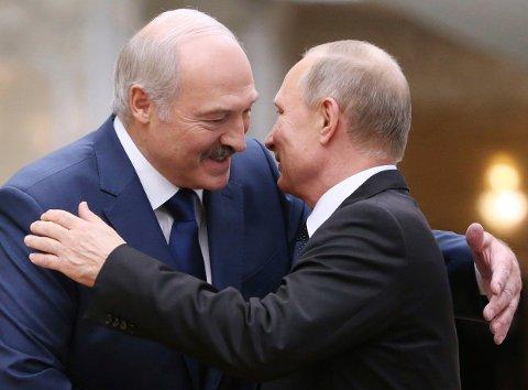 Aleksandr Lukasjenko og Vladimir Putin snakket på telefon søndag. Kreml sier Russland vil hjelpe Hviterusslands leder, som de mener er utsatt forytre press.