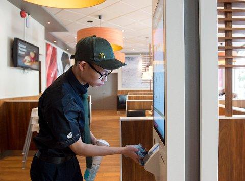 KAN SERVERE: Eric Chan på McDonald's på Torgallmenningen i mars i fjor. I Bergen gjelder nå de nasjonale reglene, og serveringsstedene kan holde åpent.