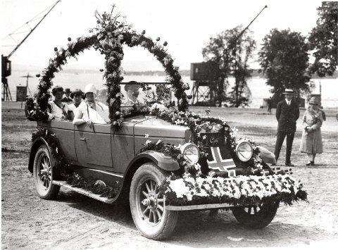 Torleif Aasgaard deltar i et blomsteropptog i 1927 i sin Geijer-bil. Bildet er tatt på Akershus festning. Dekorasjonen er levert av Høeg blomsterforretning. Foto: Tor Aasgaard.