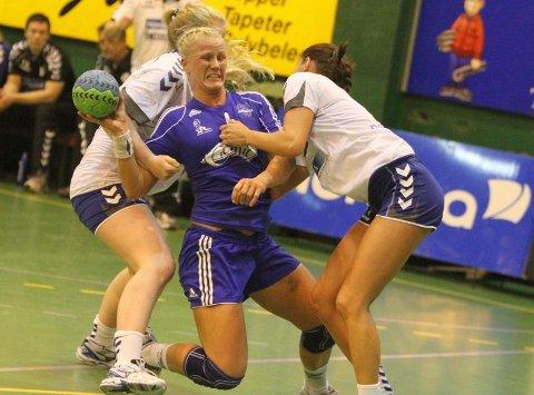 Ustoppelig: Mari Hegna lekte seg med NIF-forsvaret før pause. Her er det Nerma Pandza som prøver å stoppe 27-åringen.