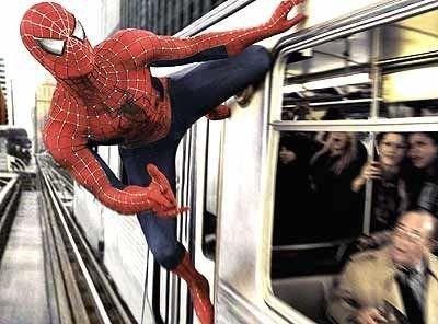 TIDLIGERE: Vi kjenner Tobey Maguire i rollen som Spider Man fra den første triologien. Her fra «Spider-Man 2».