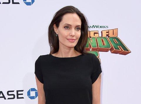Hollywood-skuespiller Angelina Jolie mener hun ikke har utnyttet kambodsjanske barn under filmingen av «First They Killed My Father».