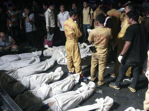NY BUSSTRAGEDIE: Minst 30 mennesker omkom og over 20 ble skadd da en fullastet buss kjørte utfor veien og ned i en kløft i Thailand mandag kveld.