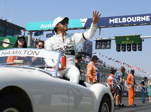 Lewis Hamilton under en formel 1-parade i Melbourne i januar. Foto: Andy Brownbill / AP / NTB.