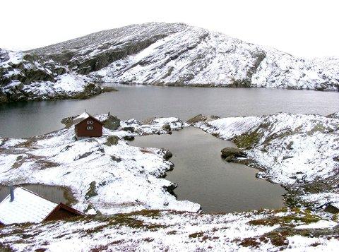 Her, ved Volavatnet nord for Voss, ble det savnede mikroflyet funnet tirsdag ettermiddag.