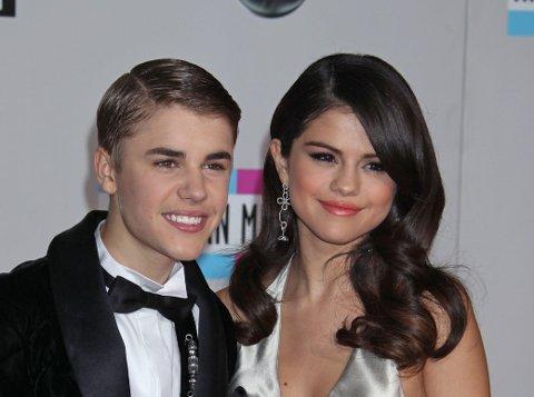 Justin Bieber og Selena Gomez sammen i 2011 under American Music Awards i Los Angeles.