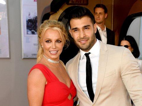 ALLE GODE TING ER TRE: Britney Spears gifter seg med den tolv år yngre iranskfødte modellen Sam Asghari.