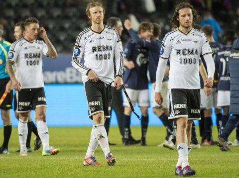 KRAMPETENDENSER: Per Werner Rønning (i midten) og stopperkollega Tore Reginiussen måtte spille de siste 20 minuttene med krampetendenser.
