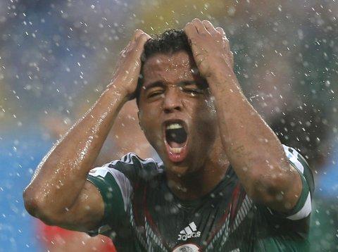 STORSPILTE. Giovani Dos Santos scoret to ganger, men begge ganger ble målene annullert.