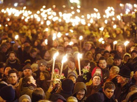 LYS OG BLOMSTER: 30.000 mennesker har møtt opp til minnemarkeringen, ifølge Københavns politi.