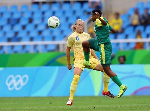 DÅRLIG OPPMØTE: Magdalena Eriksson (til venstre) og Sverige fikk ikke besøk av mange skuelystne på Olympiastadion i Rio de Janeiro. Her i duell med Sør-Afrikas Refiloe Jane.
