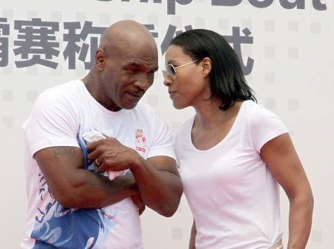Mike Tyson sammen med Cecilia Brækhus under et arrangement i Beijing i 2016. I september gjør Tyson comeback 15 år etter sin forrige proffkamp. Foto: Sofie Nielsen / HANDOUT / NTB scanpix