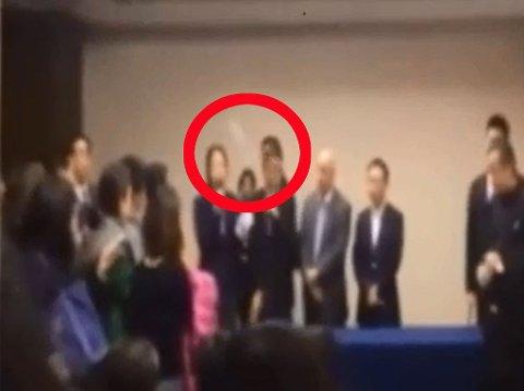 KASTER FLASKER: Rasende pårørende kastet vannflasker mot representantene for flyselskapet under et møte i Beijing, mandag.