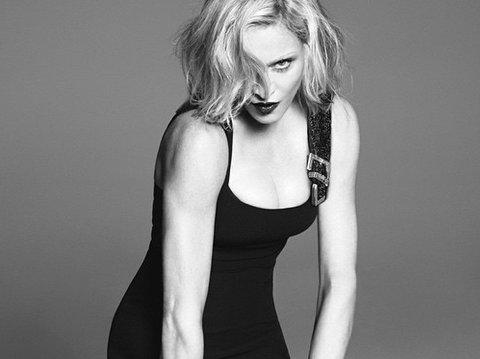 MADONNA fronter ny kampanje for Versace, og gir oss et flashback til 90-tallet med sin rynkefrie hud.