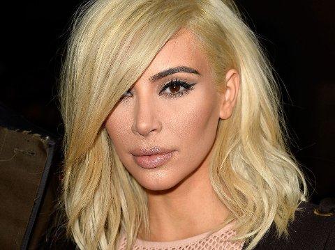 TRENDSETTER: Kim Kardashian har nok startet nok en trend med sin platinablonde farge. Da hun farget det for første gang hadde imidlertid håret gultoner, som forsvant etter en liten oppfriskning hos frisøren.