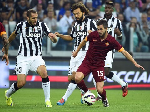 STJERNETUNGT: Juventus-strateg Andrea Pirlo (midten) og Roma-playmaker Miralem Pjanic (foran til høyre) kobles til engelske toppklubber.