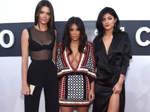 PÅ DEN RØDE LØPEREN: Kendall Jenner, Kim Kardashian West og Kylie Jenner.
