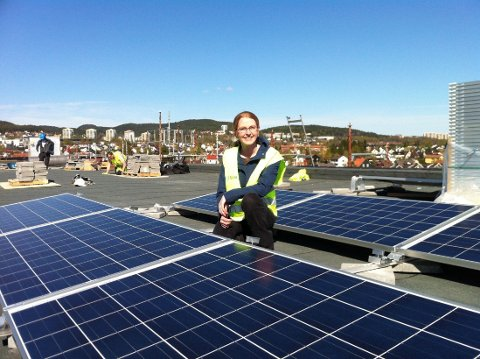 PÅ SYKEHJEMMET: Åse Lekang Sørensen i Norsk solenergiforening fotografert på taket av Økern sykehjem, der det er montert solenergi-anlegg.