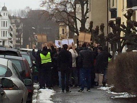 DEMONSTRASJON: Bilde fra demonstrasjonen utenfor Pakistans ambassade på Frogner i Oslo søndag.